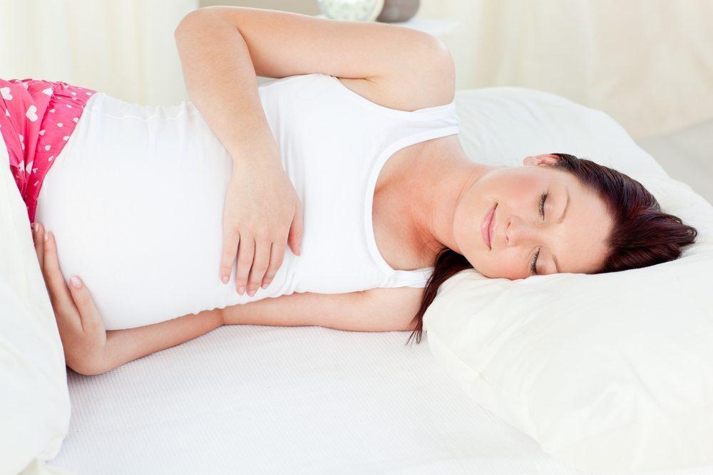 Также она препятствует изменению положения во время сна, поэтому будущая мама может спокойно спать, не переживая о здоровье малыша.